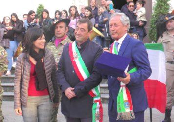 I bersaglieri abbracciano in piazza la comunità di Castelluccio Inferiore